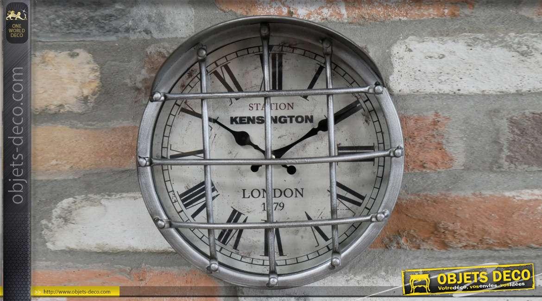 Horloge en métal style feu de signalisation industriel, grille sur la partie frontale et casquette