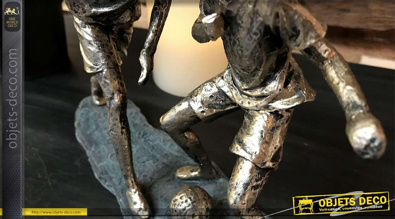 Statuette en résine de deux jeunes hommes jouant au ballon, finition cuivré