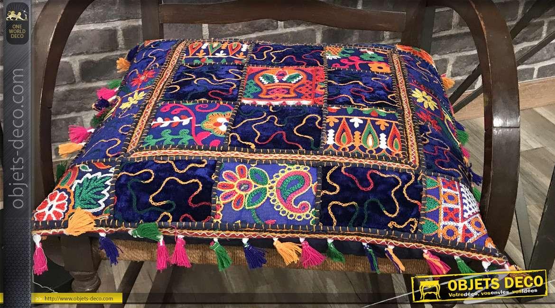 Gros coussin en coton épais esprit patchwork, couleurs vives et pétillantes, franges et pompons, 40x40