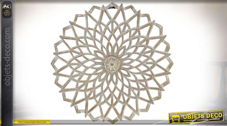 Rosace en bois sculpté de 40cm de diamètre, finition bois brut blanchi, ambiance mandalas
