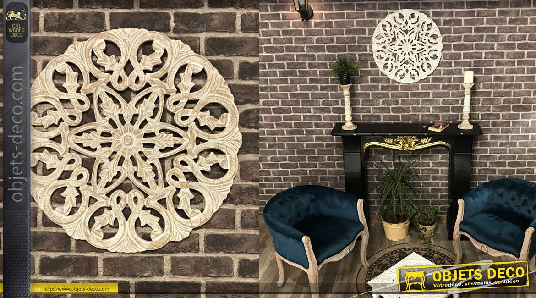 Décoration murale en bois sculpté esprit rosace, finition brun clair et naturel, 59cm