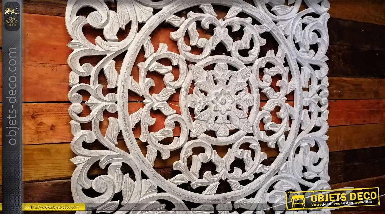 Panneau en bois sculpté, décoration murale de charme finition blanc ancien, formes arabesques, 89cm
