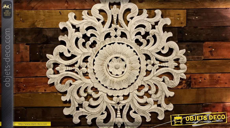 Grande décoration murale en bois esprit rosace mandala, finition blanchi et reflets dorés