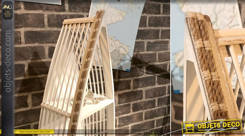 Etagère en bois blanchi en forme de barque, ambiance bord de mer sur trois niveaux, touches de corde, 71cm