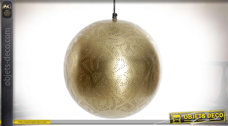 Suspension lumineuse en métal en forme de sphère, finition dorée mate, ambiance tamisée orientale, Ø30cm