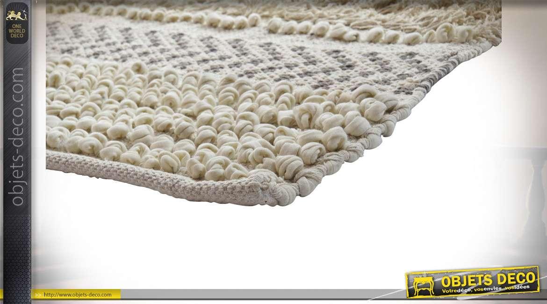 Grand tapis en coton épais et laine grosses mailles, finitions claires et chaleureuses, 180x120cm