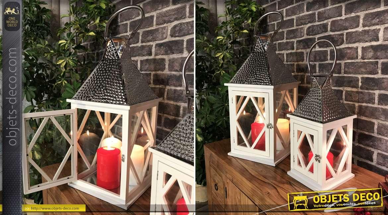 Série de 2 lanternes blanches en bois et métal argenté martelé 55 cm
