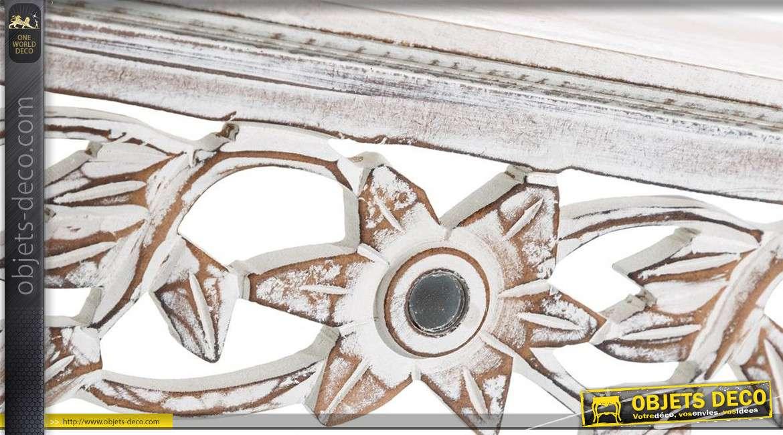 Etagère murale en bois sculpté à motifs floraux blanchi et veilli 61 cm