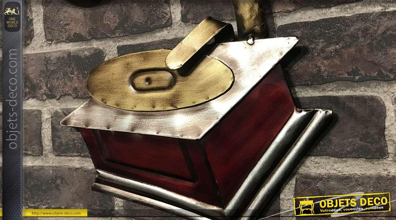 Déco murale en métal représentant un gramophone et portée de musique, finition vieux rouge et doré, 50cm
