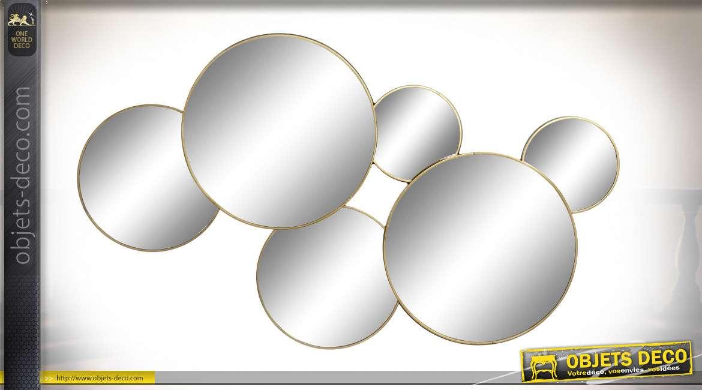 Miroir murale en métal, cercles entrelacés esprit chaine, finition dorée mate discrète, style moderne contemporain, 55cm