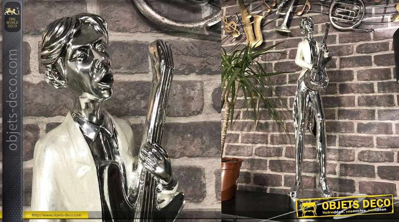 Grande statue en résine d'un guitariste, finition argent chromé et effet nacre brillant, 78cm de hauteur finale