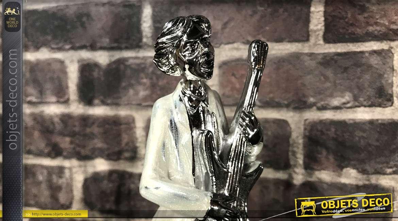 Musicien en résine version guitariste, en résine finition effet métal chromé, veston nacré, sur socle, 34cm