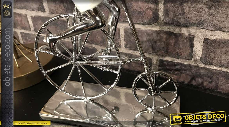 Statuette en résine effet métal, jeune femme en vélo vintage, finition nacre et chrome, 33 cm