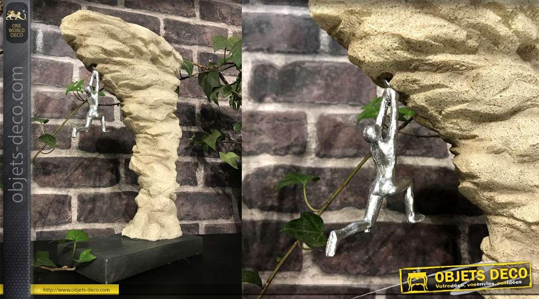 Statuette en résine d'un grimpeur suspendu à la falaise, esprit montagne et atteinte d'objectifs, 30cm