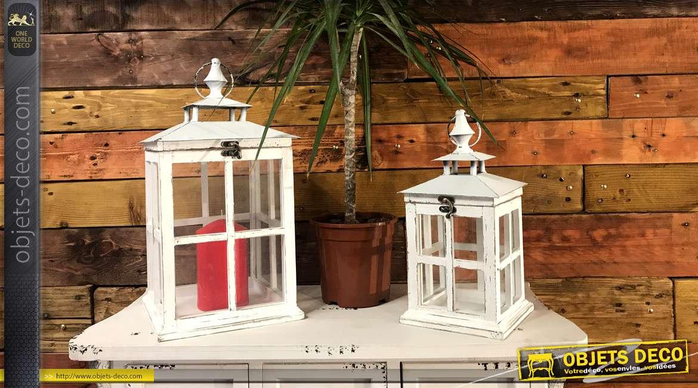Série de 2 lanternes en métal, bois et verre, finition blanche effet ancien, de forme carrée avec anneaux, 44cm