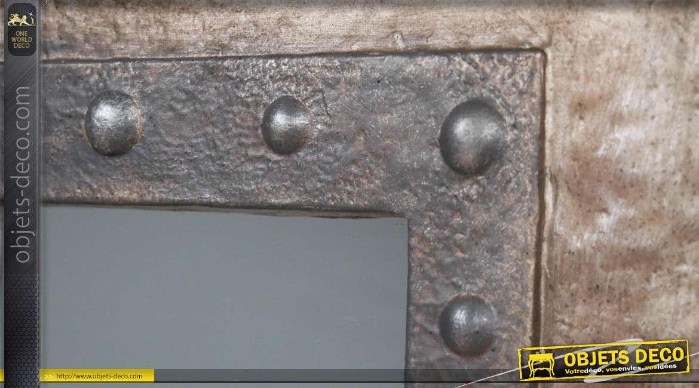 Miroir en métal et résine effet vieilli, esprit judas de porte de prison, rivets apparents, 70cm