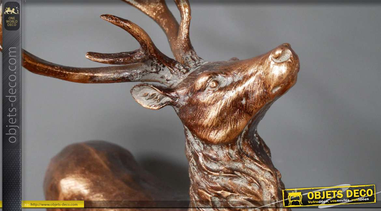 Statuette d'un cerf qui brame, en résine finition vieux bronze avec reflets effet blanchi, 62cm de haut