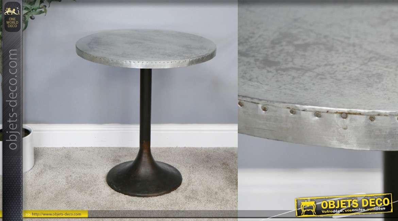 Table d'appoint en fonte et plateau effet zinc, finition vieux noir et inox ancien, cerclage de clous, Ø55cm