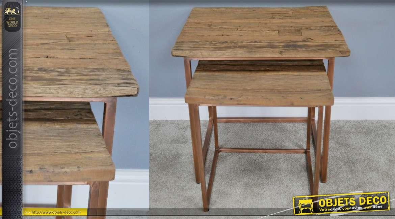 Série de 2 tables gigognes de formes carrées, en métal effet cuivré et plateaux en vieilles traverses ferroviaires, 58cm