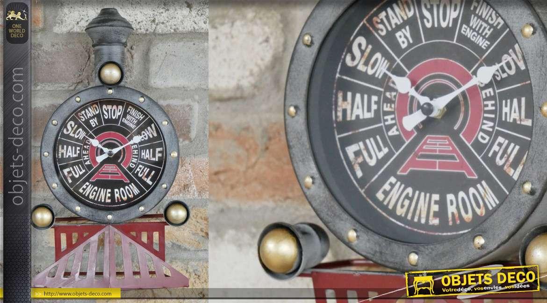Horloge murale en forme de vieille locomotive, finitions effet usé et pointes vieux doré, 34cm de haut