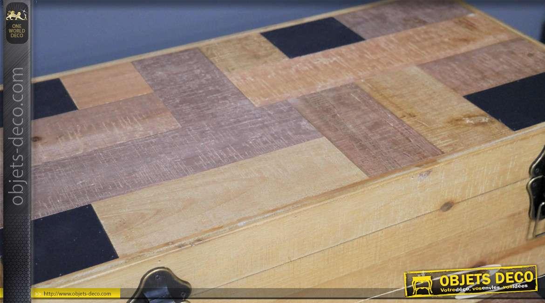 Série de 3 grands coffres en bois de sapin massif, plateaux stylisés esprit géométrique, charnière effet laiton ancien, 80cm