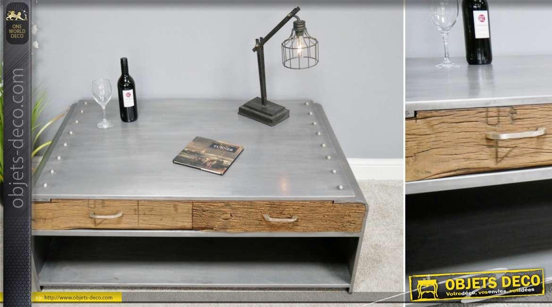 Grande table basse en métal et en bois vieilli, tiroirs de chaque cotés et grosses bandes de rivets apparents, 120cm