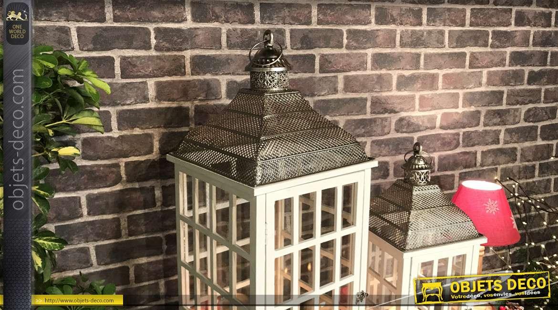 Série de 2 lanternes en bois patiné blanc et en métal effet chromé, esprit jardin d'hiver, 87cm