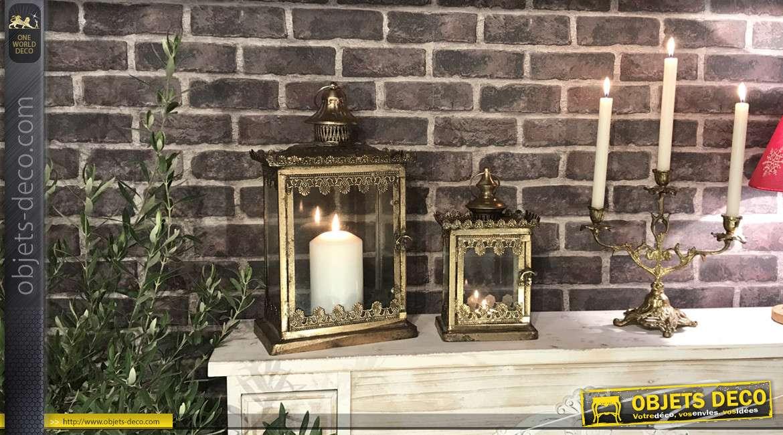Série de deux lanternes en métal finition doré vieilli, de formes rectangulaires, style château fort, 42cm