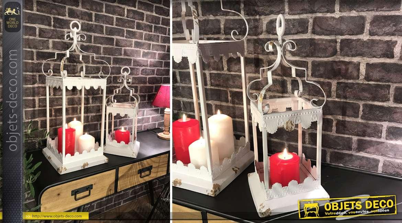 Série de deux lanternes ouvertes en métal finition blanc et éclats de dorure, formes voluptueuses, 70cm