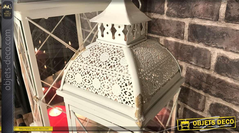 Série de deux grandes lanternes en métal finition blanc écaillé doré, carreaux effet croisé et toit moucharabieh, 72cm