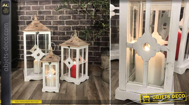 Série de trois grandes lanternes en bois, métal et verre, finition blanchi et naturel, esprit campagne, 75cm