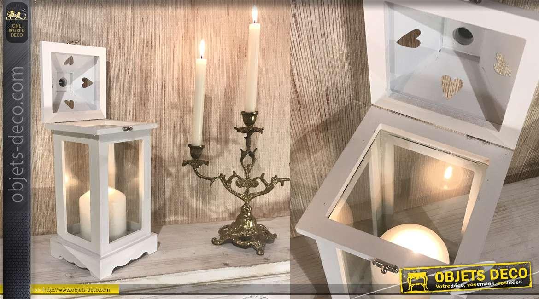 Petite lanterne en bois et métal finition blanc effet ancien, motifs romantiques et anneau de suspension, 33cm