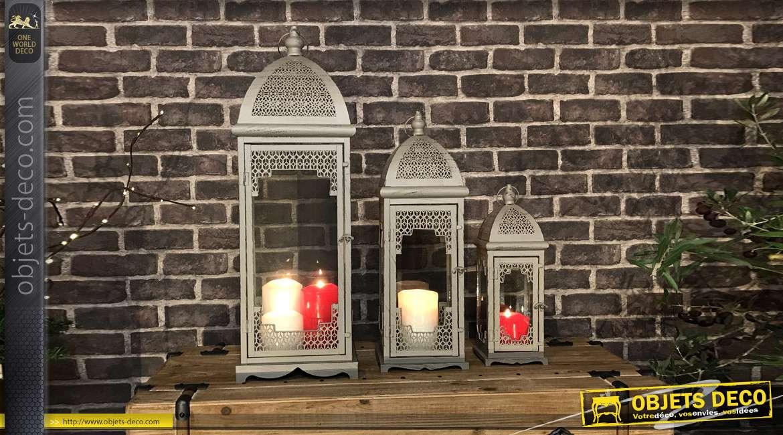 Série de trois grandes lanternes en métal de style oriental, finition gris sableux, esprit moucharabieh, 73cm