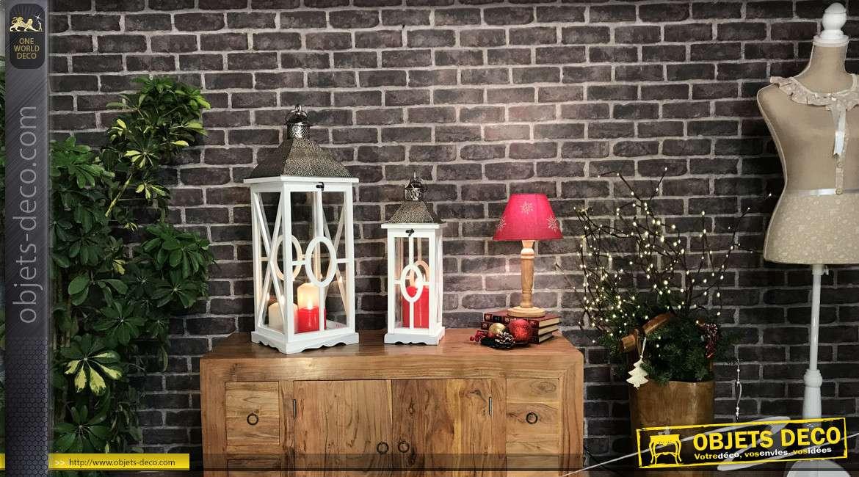 Série de deux grandes lanternes en bois et métal, finition blanc et anthracite argenté, 75cm de haut