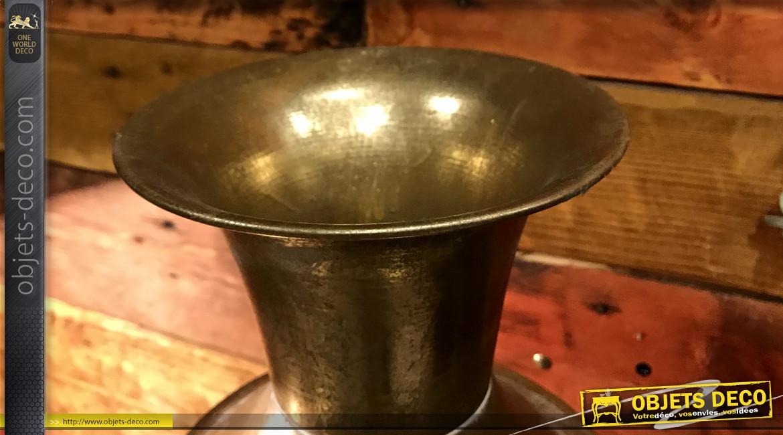 Grand vase en métal  finition dorée vieillie, de forme cylindrique , de style oriental, 64 cm