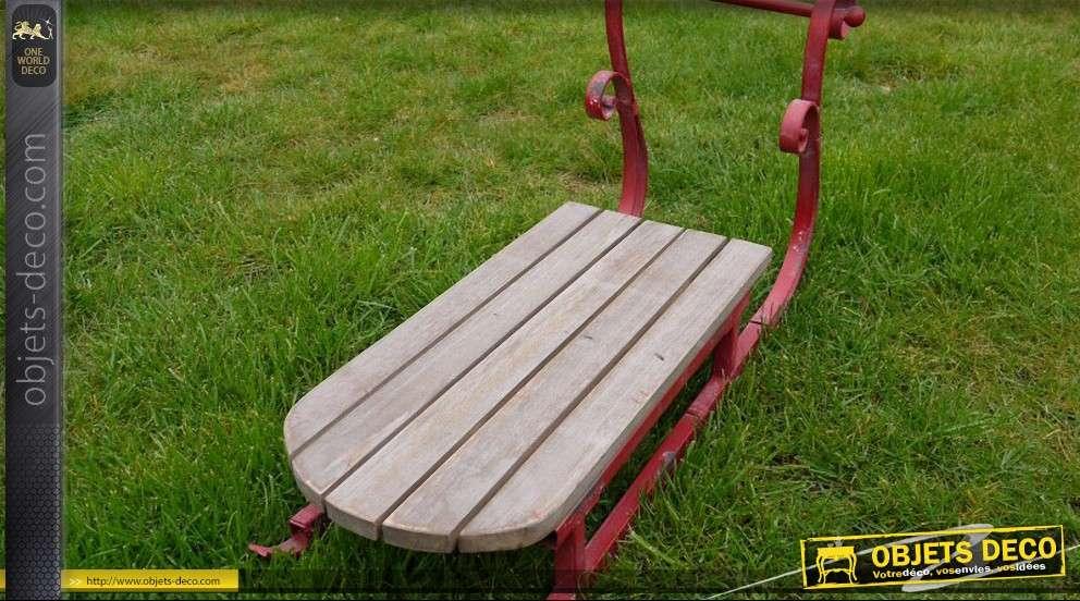 Traineau vintage rouge en fer forgé et bois