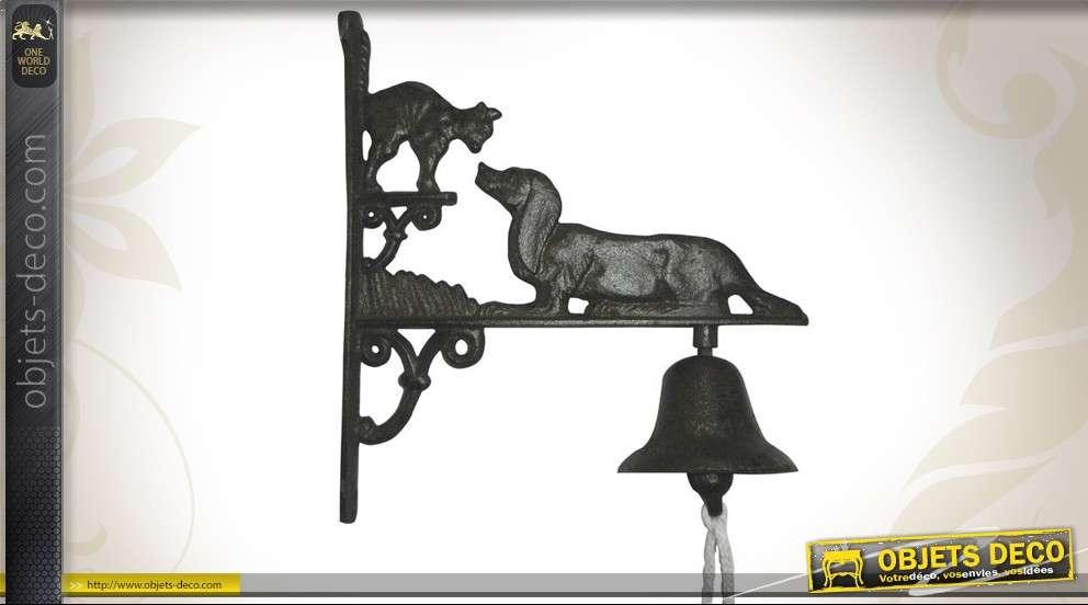 Cloche murale en fonte, motif chien et chat