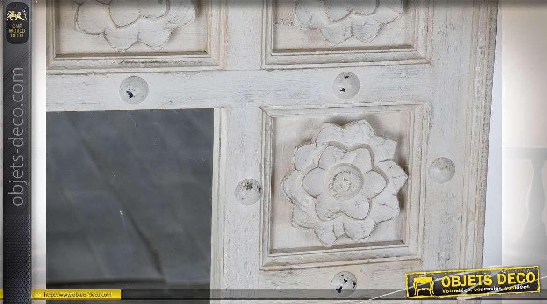 Grand miroir finition en bois sculpté finition blanc effet vieilli, motifs floraux, 120cm
