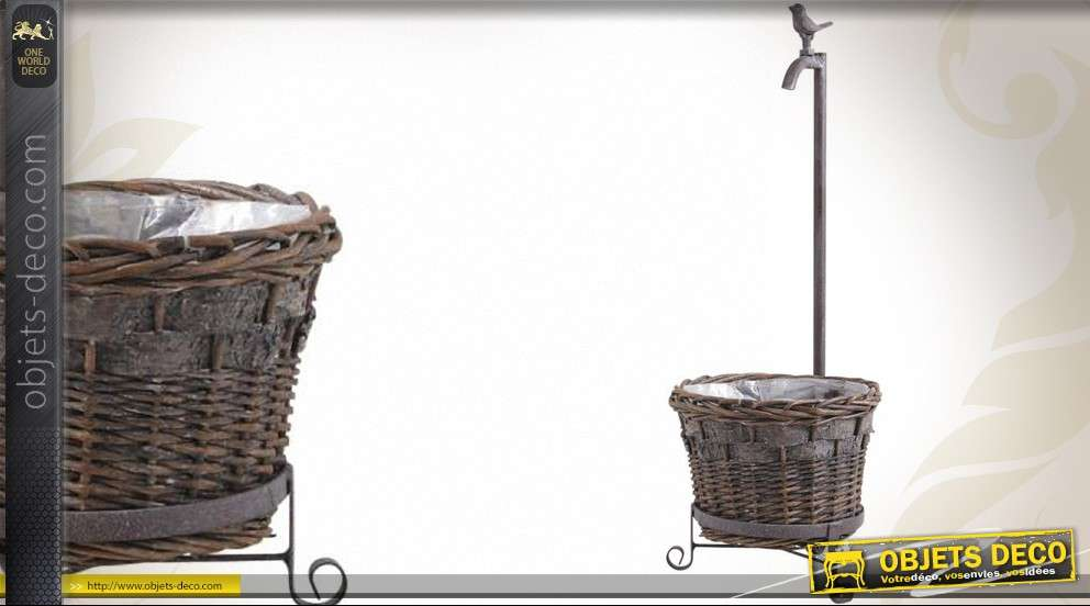 Cache pot en osier et ornement en métal