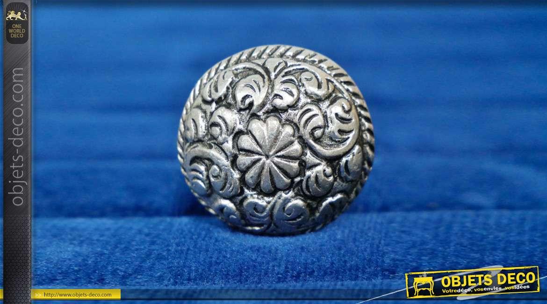 Bouton de meuble en aluminium finition argentée, forme légèrement ovale avec fleur centrale de 10 pétales et motifs de feuille d'acanthe ambiance Louis XV