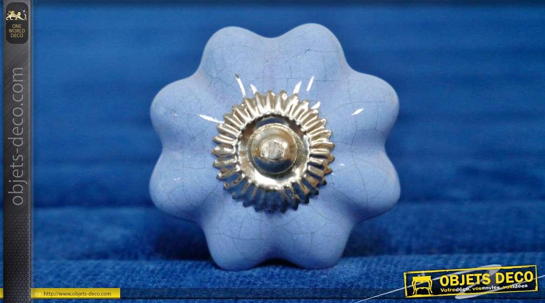 Bouton de meuble en céramique bleu ancien, forme de fleur rétro avec collerette en métal argenté, ambiance années 70