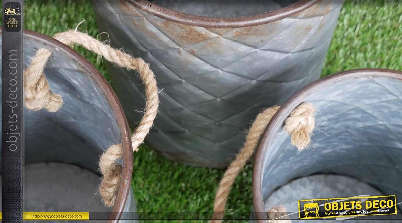 Série de trois cache-pots en métal finition oxydée, esprit capitonné losange avec grandes anses en corde, Ø28cm