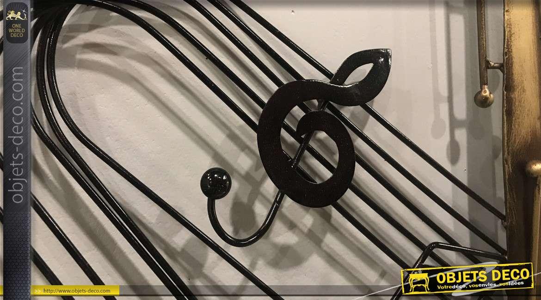 Représentation d'un saxo mural en finition doré ancien, portée de musique en fond, ambiance solfège et instrument à vent, 67cm
