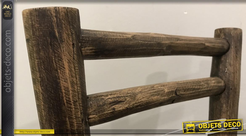 Petite chaise déco en teck massif, finition brute juste poncée, mobilier richement veiné et texturé, 53cm