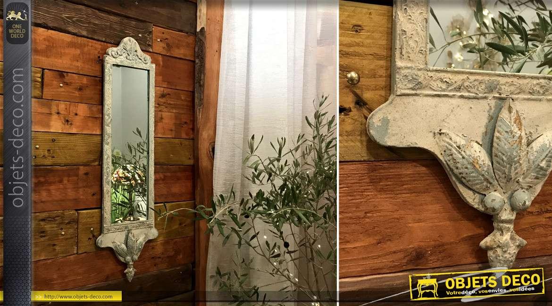 Miroir vertical avec encadrement en métal finition vieilli, effet écaillé crème ancien avec coquille baroque, 72cm
