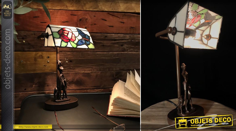 Lampe de bureau de style Tiffany, silhouette féminine et canine en résine sur base en métal, ambiance romantico vintage, 28cm
