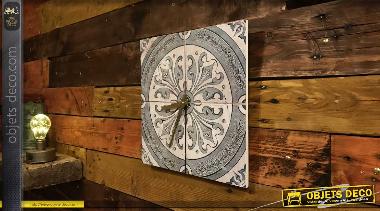 Horloge décorative en bois de forme carrée avec fond motif carreaux de ciment gris, ambiance vintage 30x30cm