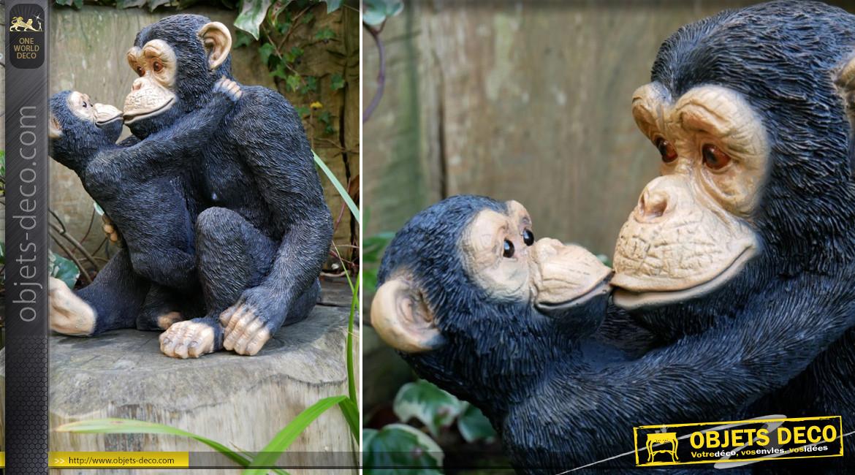 Représentation de maman gorille et de son gorillon en résine, finition charbon et reflets argentés, 35cm
