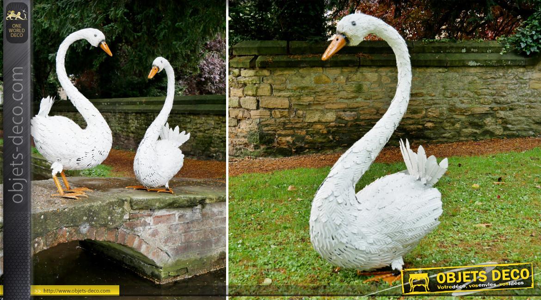 Cygne en métal pour ornementation de jardin, finition blanc céruse, ambiance romantique, 100cm