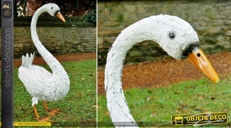 Grand cygne de jardin en métal finition blanc céruse, ornementation de parcs et jardins de charme, 116cm